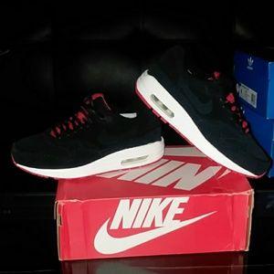 Nike women's air max 1